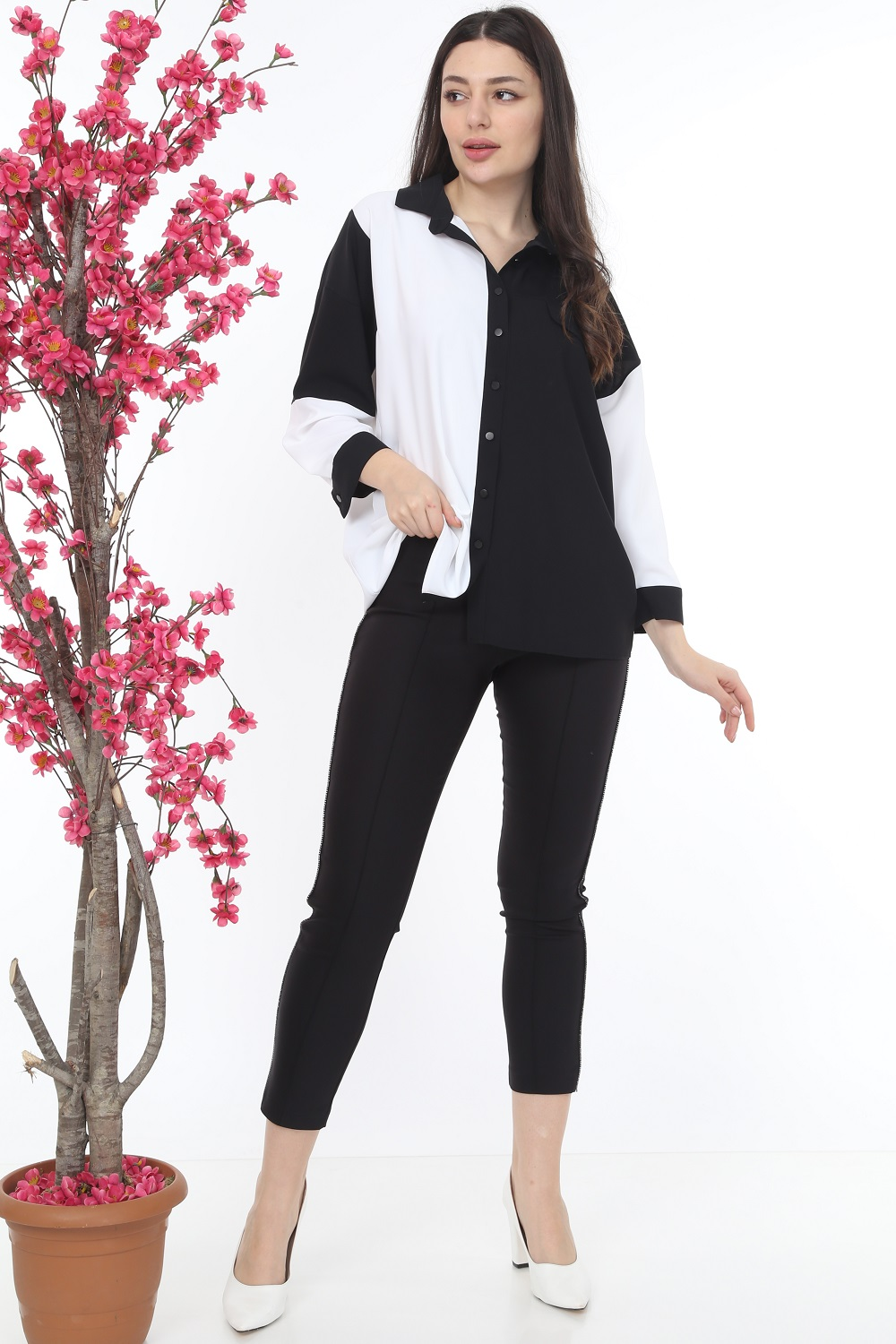 Collar Buttoned Black and White Suit